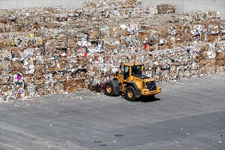 Grúa moviendo residuos de papel para su reciclaje - WFranz para Pixabay.com
